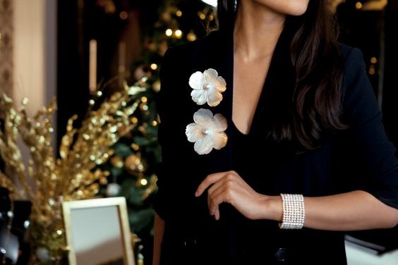 ست کردن لباس مجلسی گلدار با جواهرات